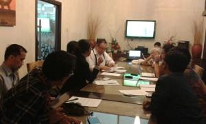 Amir Effendi dari PR2Media, salah satu anggota KIDP, sedang menyampaikan pentingnya undang-undang penyiaran yang baru mendorong perkembangan stasiun televisi daerah. Selama ini, regulasi terlalu menganakemaskan stasiun televisi di Jakarta.
