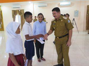 Irine Yusiana bersama Wakil Bupati Weni R.Paraisu memberikan beasiswa kepada perwakilan siswa di Kabupaten Pulau Morotai.