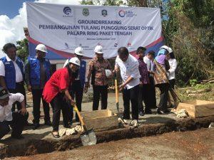 Irine Yusiana Roba bersama Menkominfo Rudiantara melakukan peletakan batu pertama proyek Palapa Ring Paket Tengah (22/11/2016).