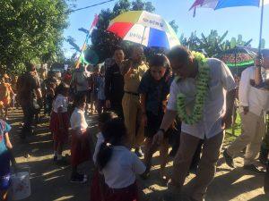 Irine Yusiana dan Menkominfo menyalami siswa SMPN 5 Morotai sebelum peluncuran akses internet dan penyuluhan internet sehat di Desa Sakita (21/11/2016).